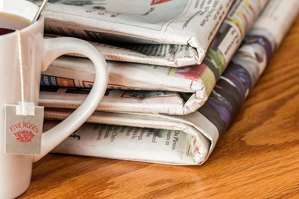 Billede af en stak aviser